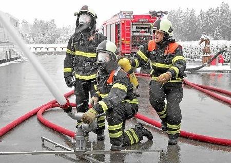 ihre hauptbung hatte die feuerwehr waldachtal mit den abteilungen waldachtal und salzstetten untersttzt vom drk waldachtal bei der reitanlage brnz am - Feuerwehrubungen Beispiele